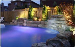 Pool mit Beleuchtung und Wasserfall
